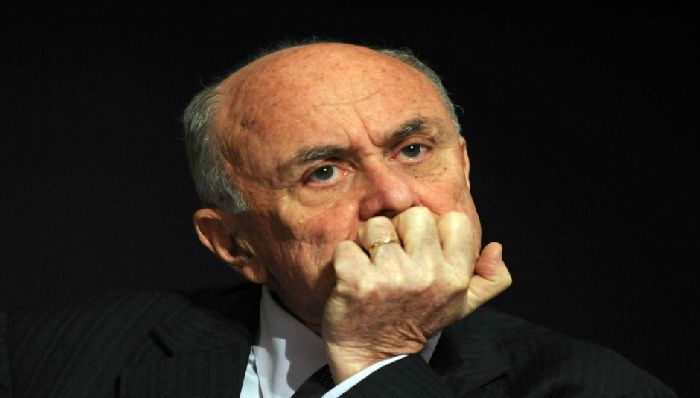 Photo: Former ACCC chairman Allan Fels does not believe ASIC has what it takes to regulate the banks. (AAP: Alan Porritt)